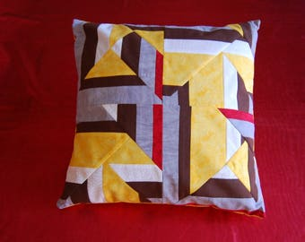 Removable patchwork pillow cover: the labyrinth