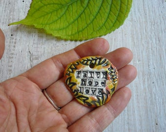 """ciondolo in ceramica """"faith hope love"""" - scritta motivazionale - pendente ceramica - ceramica con scritte - pendente collana autunno - boho"""