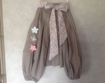 Sarouel beige with its liberty-style flower belt