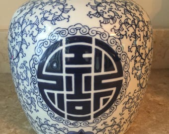 Large Ming Dynasry Beautiful chinoiserie blue and white asian jar