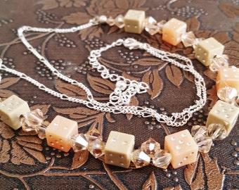 Sechs doppelseitigen Würfel und Swarovski Halskette, Glücksspiel, Schmuck, Geek-Eleganz, Glücksgöttin, Tan und Pfirsich