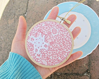 Red Boho Chic Christmas Ornament - Botanical Floral White Shabby Embroidery Hoop - Art Vintage Retro Door Hanger For Women Teens - Decor
