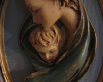 Virgin Mary and child Jesus in relief and resin from Italie.Statuette wall.