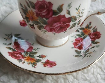 Queen Anne Tea Cup and saucer//vintage//Golden edge//flowers//English//fine bone China england//Missing tableware//second hand dealer