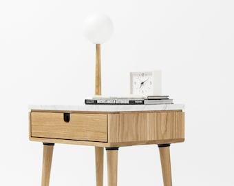Nachttisch mit einer Schublade in Nussbaum / Eiche massiv und Platte in Marmor