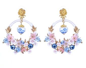 Blanco impreso pendientes flor pendientes impresión azulejo earringswith de estilo art nouveau estilo azul tonos rosados y blancos.