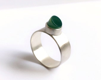Beautiful elegant ornate sterling silver ring with green jade Stone, separate setting