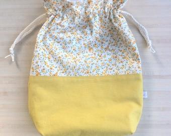 De jolies petites fleurs pour ce pochon doublé ou sac à projet tricot ou crochet