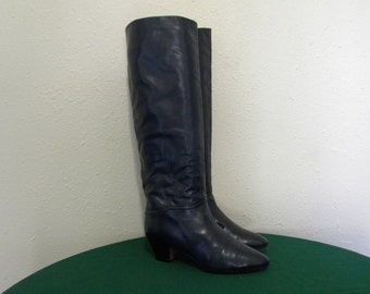 Vintage boots. Vintage Women boots sz 6.5 U.S.  Sz 36.5 Euro. Blue leather boots Made in Italy. Tall leather walking boots.