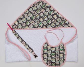 Cape de bain, bavoir et attache tétine têtes de morts rigolotes pour bébé
