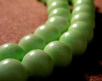 10 pearls 12 mm PE240 G - lime green - painted Crackle Glass