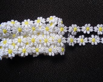 Venise Lace Daisy, 1/2 inch wide White - Yellow color price for 1 yard