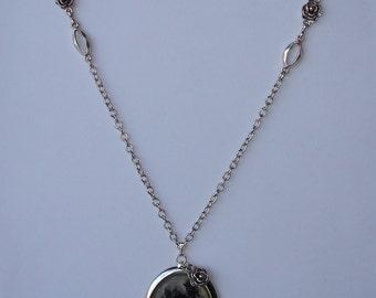 Necklace- Collier - Sautoir avec pendentif camée rose noire sur fond transparent