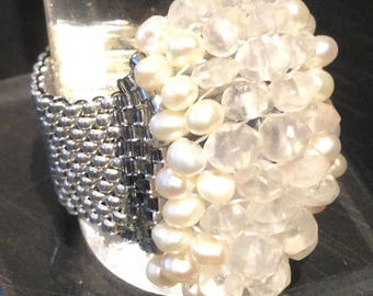 Beaded ring with white pearls and moonstone