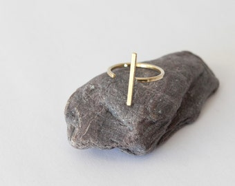 Minimalist ring in brass composed of a simple thin line (sold individually)