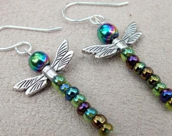 Boucles d'oreilles libellule métallique arc en ciel. Boucles d'oreilles en argent sterling. Boucles d'oreilles modernes légères. Boucles d'oreilles tous les jours