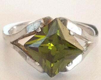 Peridot Green 925 Sterling Silver Ring Size 6.25 gw15-061
