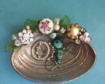 Sweet Vintage style | BeShelled | Bejeweled | aged metal clamshell jewelry ring holder | Shabby Chic | Farm-style |