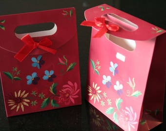 2 pockets (ref:1180) flowers on red cardboard gift.