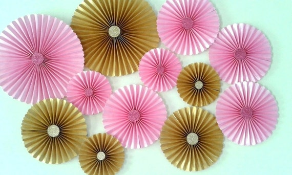 Set of 12 pink and gold paper rosettes fans table