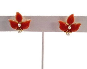 Vintage Coral and Pearl Earrings. Carved Coral Leaves with Faux Pearls.  Clip On Earrings. Vintage Like New.  Circa 1940s. Unsigned. Floral.