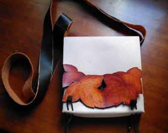 Original y exclusivo bolso bandolera de cuero natural con hojas labradas y pintadas a mano. Bolso único. Clase. Estilo. Naturaleza