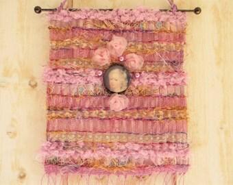 Mini tapisserie murale, bijou de mur, tons roses, en tissage  avec médaillon, roses et perles, styles baroque, shabby chic, romantique.