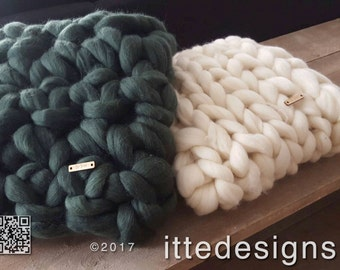 Cushion/Decorative cushion/Living pad 100% Merino wool, crocheted in coarse stitch, assorted colors chunky knit (left on photo)