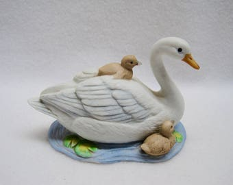 HOMCO - Porcelain Swan with Cygnets Figurine # 1467
