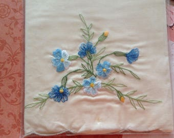 Vintage Cream Poly-Cotton Fingertip Guest Hand Towel with Blue Floral Embroidered Trim - 35cm x 54cm