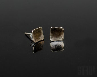 Tiny irregular square shaped earrings made of hammered and oxidized nickel silver. Small earrings. Elegant earrings. Square earrings.