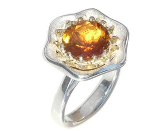 Fire Flower Ring. Unique and beautiful Statement Ring in Silver with 18 karat Yellow Gold and set with a stunning facetted Madeira Citrine