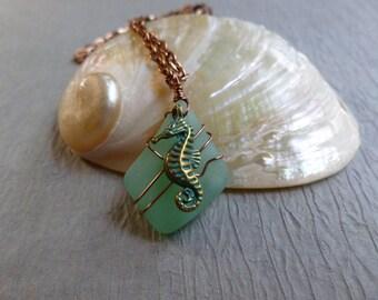 Fait à la main seaglass vert pendentif avec chaine en cuivre antique hippocampe