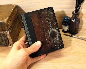 Getragen von kleinen Journal mit Vintage-Leder, Miniaturbuch, Pergamentpapier