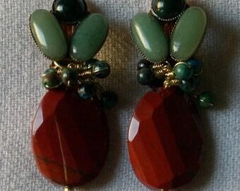 ÉTERNEL FÉMININ. Boucles d'oreilles clips en pierres naturelles (jaspe rouge, chrysocolle, aventurine, jaspe sanguin)