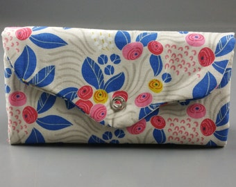 Retro flower trifold wallet, with zippered coin pouch, card slots, plenty of pockets