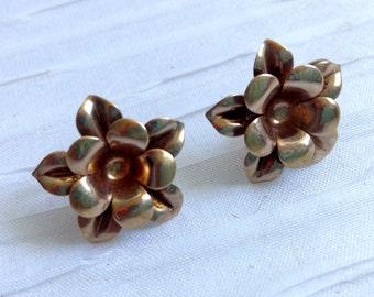 Exquisite 10K gold earrings.  Flower, Screw back.  Vintage 1950.