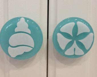 Art glass coastal decor knobs and pulls. Beach theme cabinet knobs. Nautical decor. Sea shell cabinet hardware. Beach house decor.