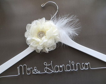 White LACE AND FEATHER Bridal Hanger, Wedding Dress Hanger, Mrs Hanger, Personalized Bride Gift, White Wedding Hanger, Custom Bride Hanger