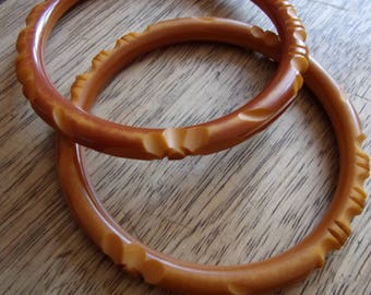 2 bracelets vintage bakelite carved, made in France, 2 bakelite bangles bracelet, fashion Paris, France