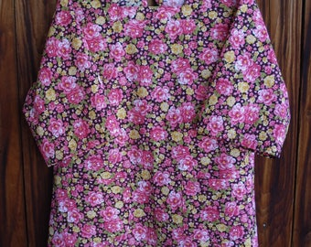 SIZE 14-16 The Mama San Mamasan Kappogi Full Coverage Smock Apron in Pink Rose Print on Black- Size Medium (14-16)