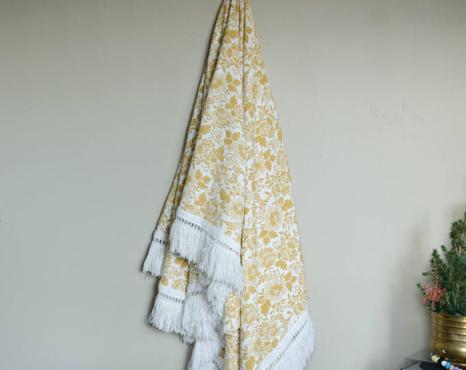 Vintage throw blanket / Decorative blanket. Yellow and white
