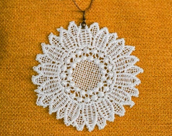 long necklace, big white lace Daisy