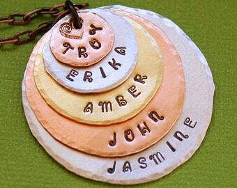 Personalisierte Halskette - Hand gestempelt Schmuck - geschichteten Großmutter Halskette - personalisierte Mom - gemischte Metalle - 5 Namen
