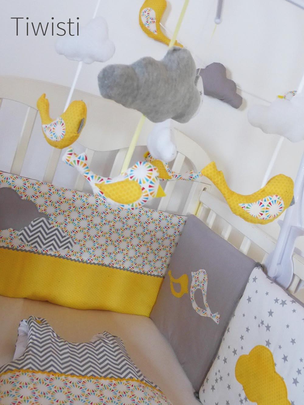 Mobile musical complet pour bébé jaune gris et blanc
