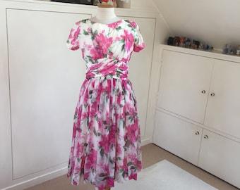"""Une belle robe florale des années 1950, authentic et très """"english rose"""", par Gigi young New York."""