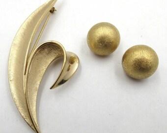 Vntg Trifari Gold Tone Brooch & Clip-On Earrings