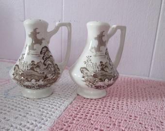 Romantic Royal England salt / pepper shakers