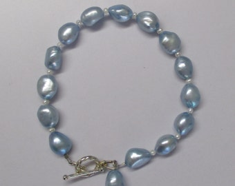 Pearl bracelet with toggle clasp and charm