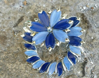 FREE PENDANT CONVERTER! Beautiful Two Tone Blue Thermoplastic Floral Wreath Design Brooch Signed Coro